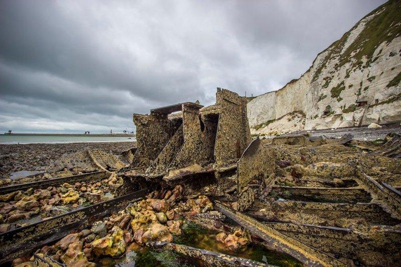 """""""На пляже можно найти много """"кладов"""", например, эта часть корабля с кораблекрушения 1926 года"""" Дувр, в мире, великобритания, город, жизнь, интересное, путешествия, фото"""
