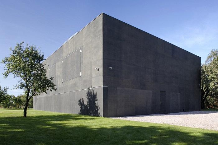 Safe House – дом, напоминающий бункер.