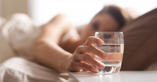 Сенсационное известие из мира кардиологии: всего один стакан воды на ночь убережет тебя от инсульта!