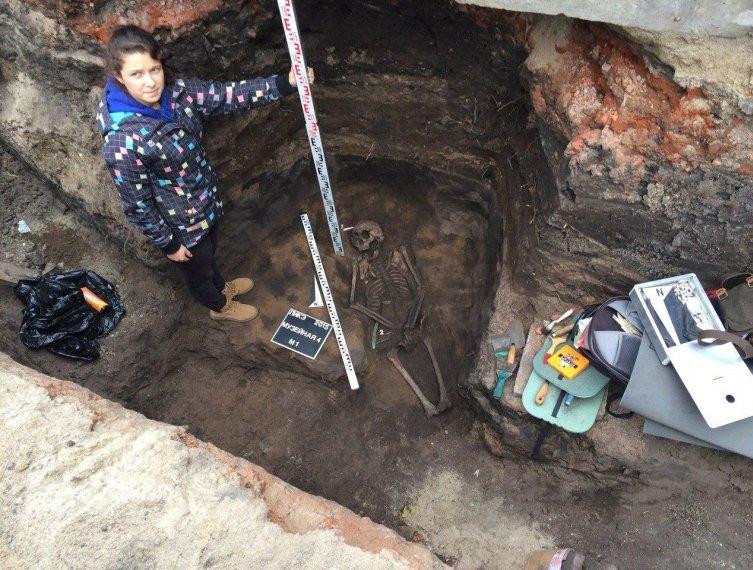 Уникальное древнее захоронение воина в боевом положении обнаружили археологи прямо в центре Омска