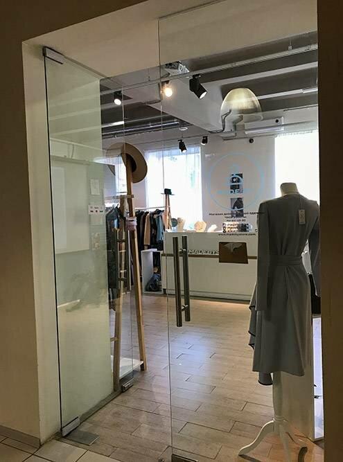 Помимо галерей, вздании есть несколько маленьких магазинов одежды