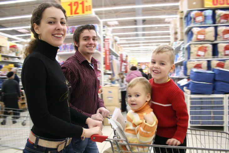 Всей семьёй поехали в магазин хозтоваров, а там мой брат решил пошутить над нашей тёткой…