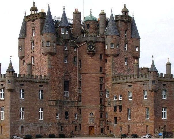 Загадочный и невероятный замок с привидениями.