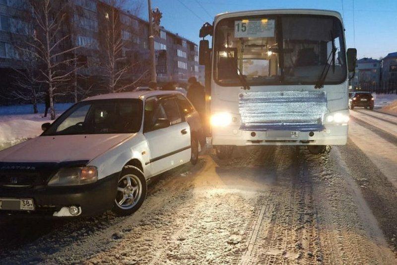 В Ангарске таксист подставил свой автомобиль под автобус, чтобы спасти мальчика зажатого в дверях