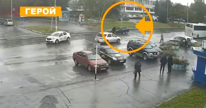 Таксисту, который тараном остановил убийц, люди со всей страны сбросились на ремонт машины