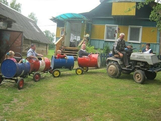 Любимый дедушка соорудил паровозик для внуков из старых бочек) В итоге весело всем.