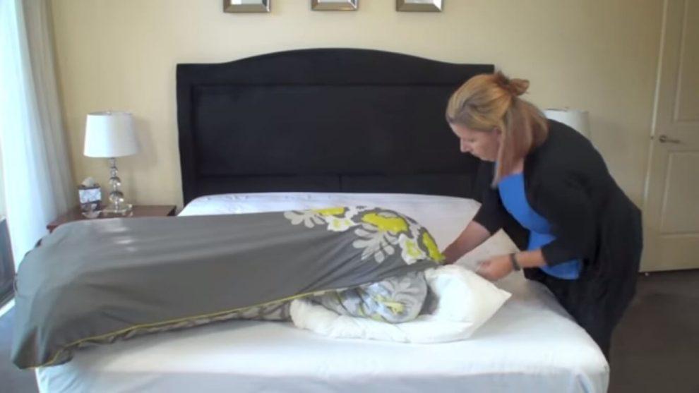 Как быстро заправить одеяло в пододеяльник. Просто и быстро