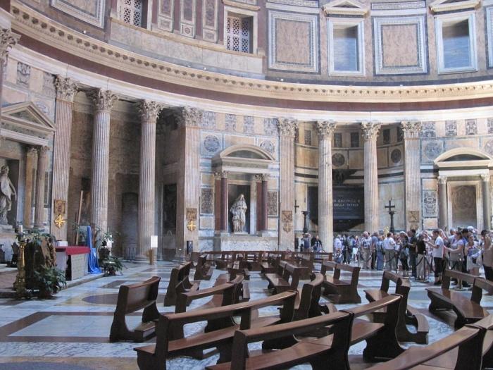 Несколько веков подряд в Пантеоне, который превратили в церковь Святой Марии и Мучеников проходят богослужения (Рим).   Фото: viziteurope.ru.