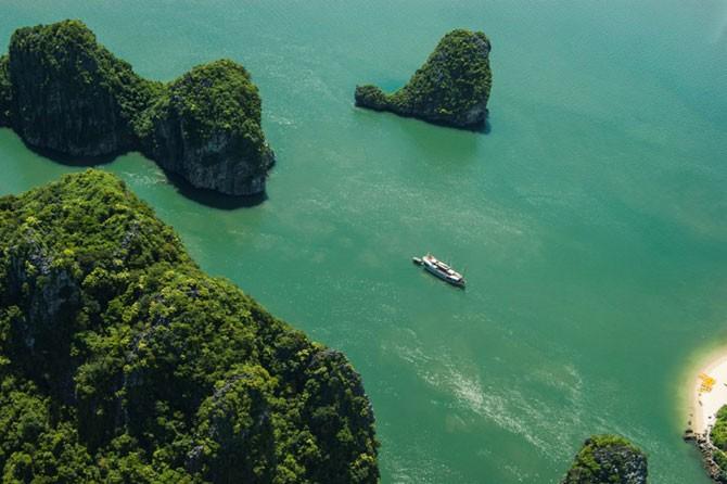Халонг — одна из самых красивых бухт мира (9 фото)