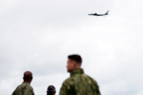 Российский Ту-142 пролетел над флагманским кораблём США на учениях НАТО