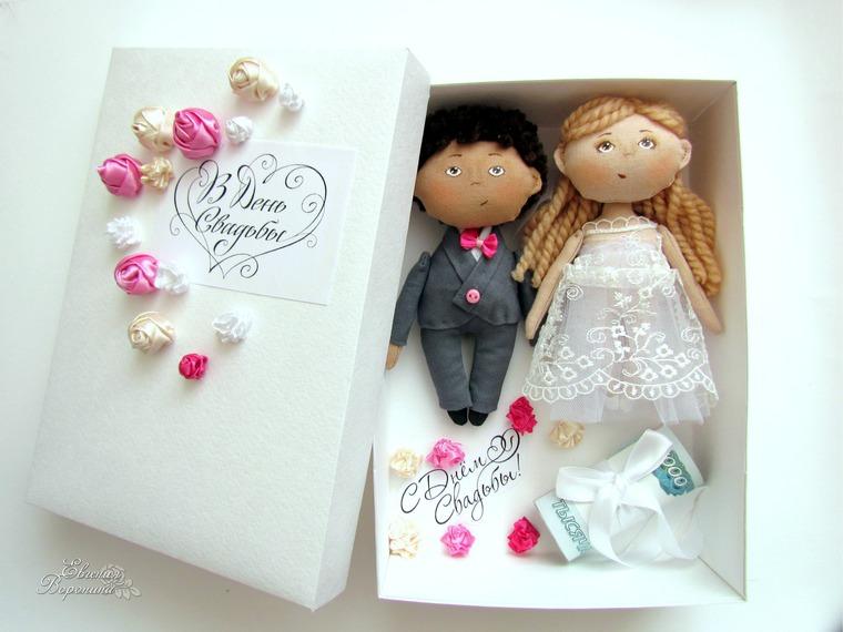Подарочная коробочка для денег с куколками-молодожёнами