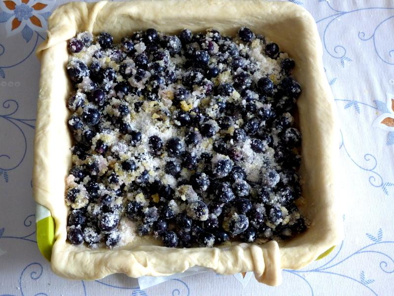 Сочный пирог с чёрной смородиной