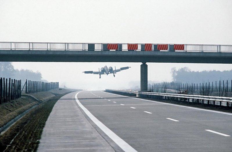 Самолёты взлетали и в годы Холодной войны автобан, германия, дороги