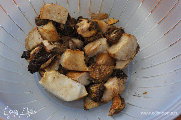 Пока тесто подходит приготовим начинки. Начинка № 1. Капустная начинка готовится дольше остальных — с неё и начнём. Белые грибы разморозить, процедить от лишней влаги и нарезать на кусочки.