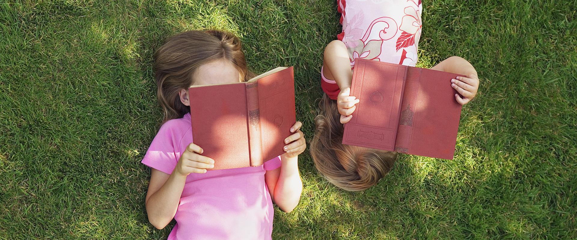 Современная детская литератВ детском списке для летнего чтения, кроме классической литературы, обязательно должны быть современные повести о таких же мальчишках и девчонках, об их отношениях с родителями и друг с другом. Forbes Life предлагает 10 новых детских книг о взрослении, дружбе, любви и том, как важно идти за своей мечтой и сохранять мужество и достоинство, независимо от того, какой век на двореура для летнего чтения