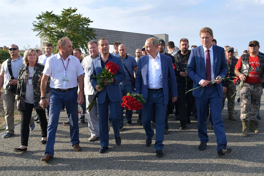 Путин и Медведев снова рядом, снова вместе. Кто пойдет на выборы?