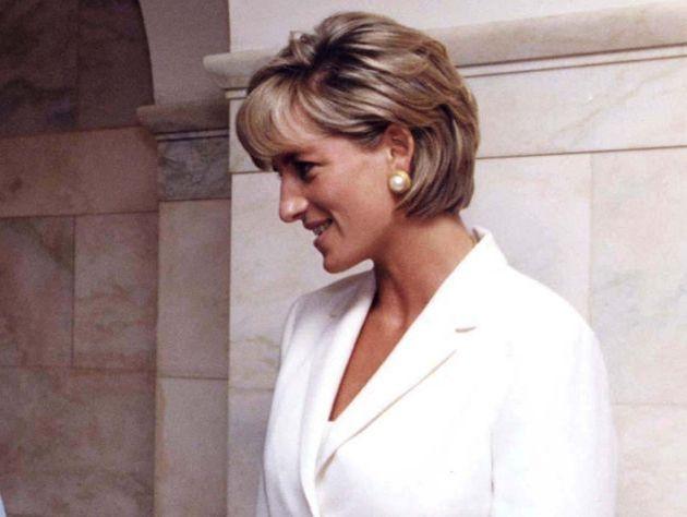 Памятник принцессе Диане в мини-юбке вызвал скандал в Британии