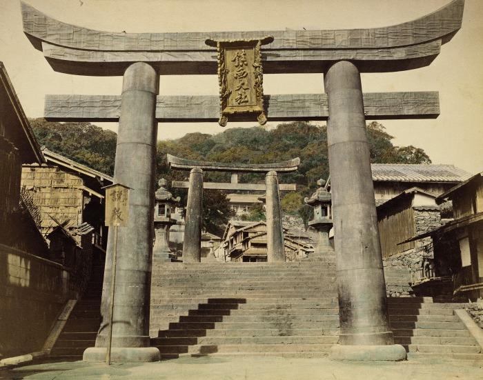 Ритуальные врата, которые устанавались перед святилищами японской религии синто.