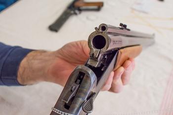 В красноярском Дивногорске мужчина с ружьем напал на полицейских