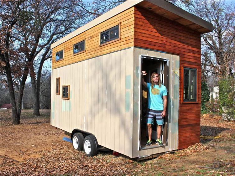 Чтобы не снимать жилье студент сэкономил деньги и своими руками построил себе маленький передвижной дом