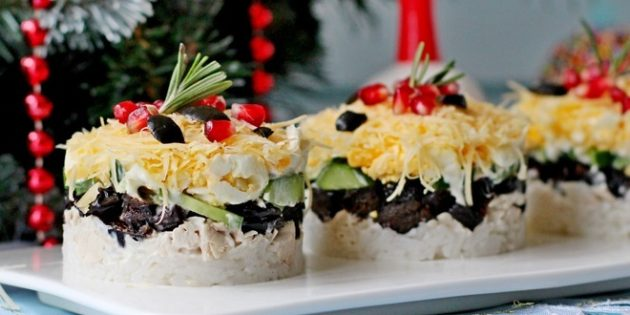 Слоёный салат с рисом, курицей, черносливом, огурцом и сыром