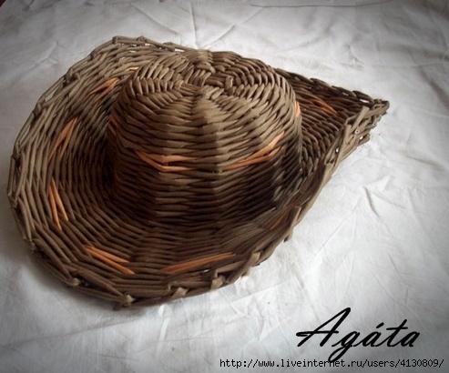 Плетём  шляпу из газет, подойдёт и для корзинок...