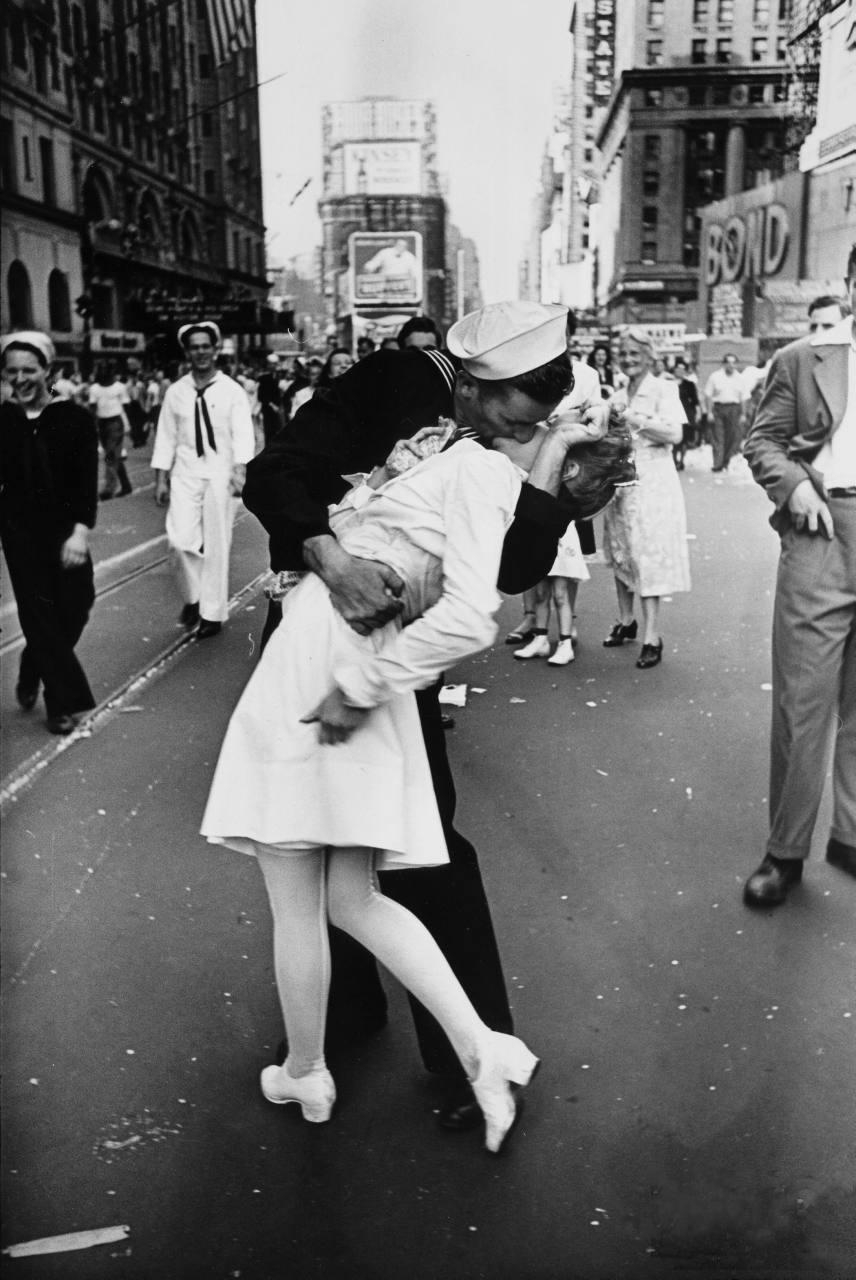 Картинки по запросу День Победы над Японией на Таймс-сквер