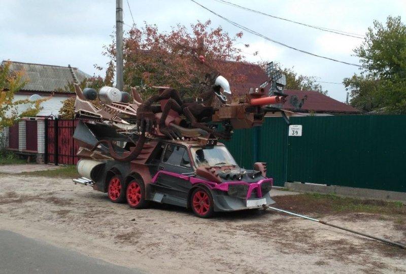 Жутковатый шестиколесный автомобиль-монстр