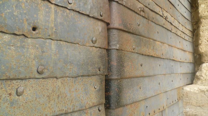Ворота обиты железными пластинами город Чуфут-Кале, крым, пещерный город, пещерный город Чуфут-Кале