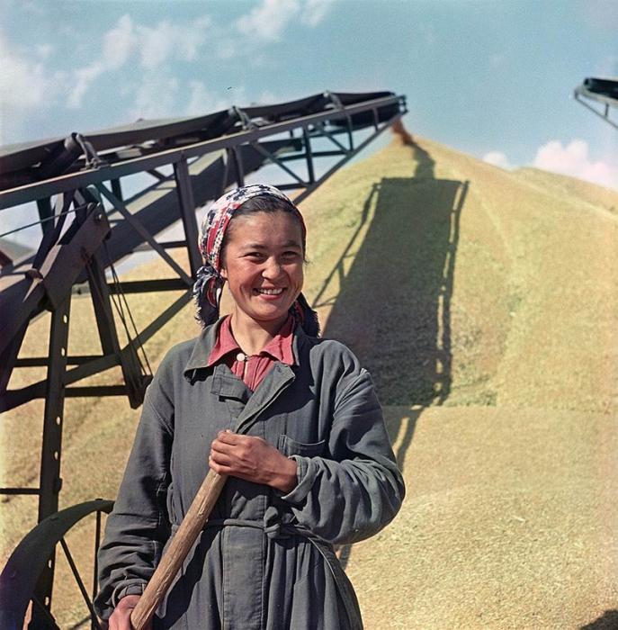 Работница элеватора Айман позирует для журнала «Огонек».