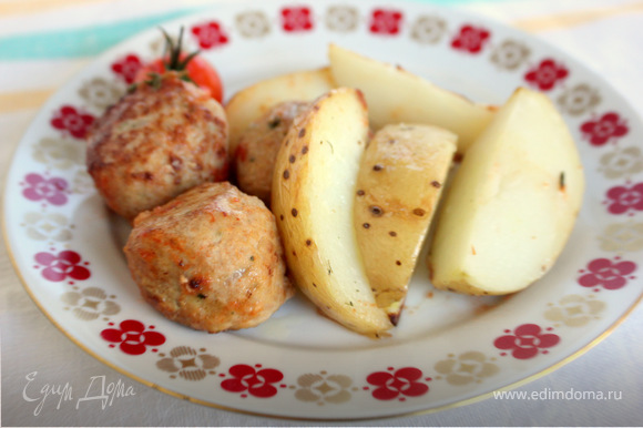 Нарежьте дольками картофель. С веточки розмарина срежьте листочки, измельчите. Положите картофель в жаропрочную форму, сбрызните оливковым маслом, посолите и поперчите. Посыпьте розмарином. Можно положить несколько помидорчиков черри рядом с картофелем. Запекайте при 200 С 25-30 минут. Для соуса обжарьте мелко нарезанный лук-шалот с чесноком, минут 5. Влейте белое вино. Выпарьте его. Добавьте порубленных помидоров, тимьян и готовьте еще 10 минут. Посолите и поперчите.