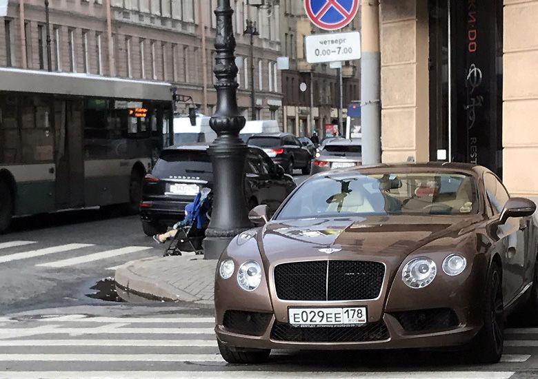 Женщина припарковала Bentley на переходе и не осталась без наказания