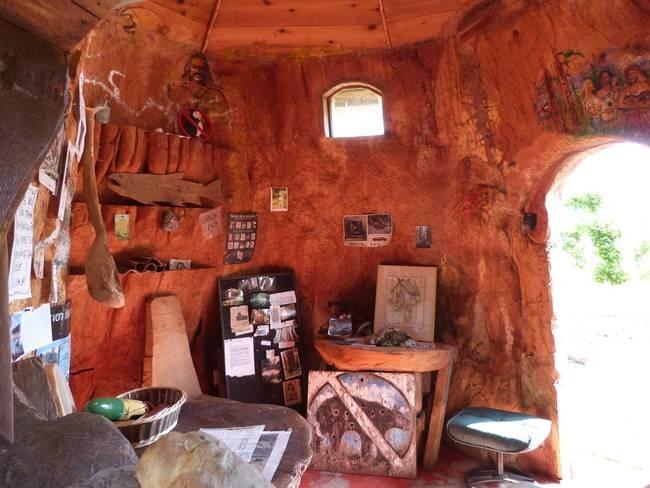 Домик хоббита, вырезанный в огромном пне