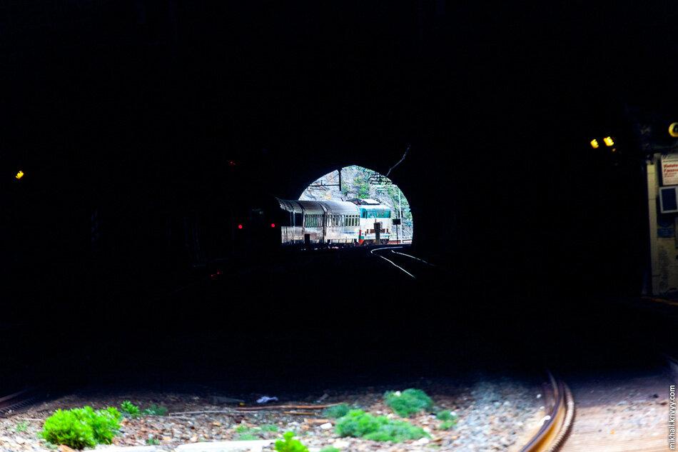 4. Вид в тоннель со станции Риомаджоре (Riomaggiore). Видно следующую станцию — Манарола (Manarola).