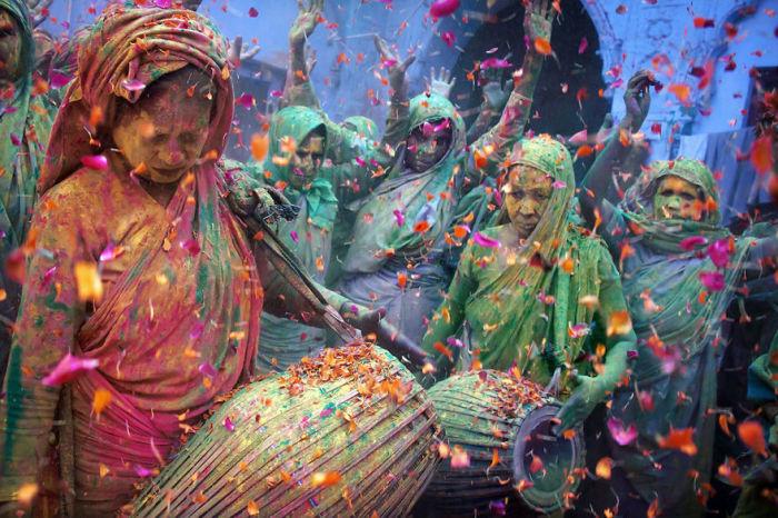 Индийские женщины отмечают праздник красок, который проходит в мае месяце.
