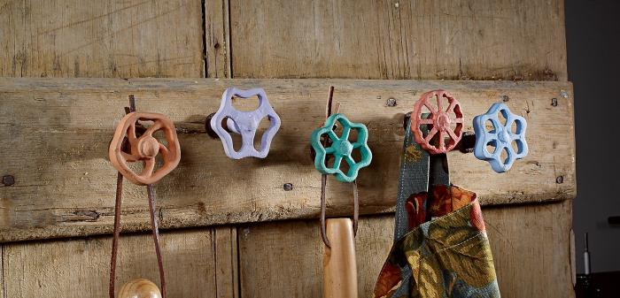 Декор для дачи из старых вещей: вешалки из вентилей.
