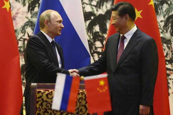 Москва отказалась плясать под американскую дудку: США затравят Россию для сохранения гегемонии доллара – СМИ