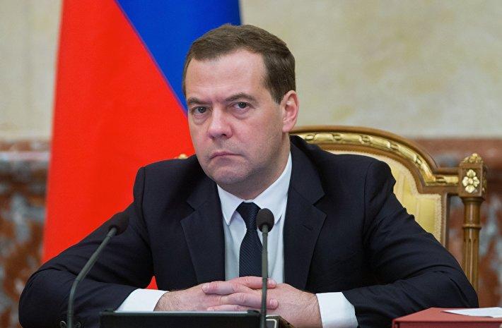 """Медведев отчитал Ткачева за опоздание, посоветовав """"ставить будильник в разные места"""""""