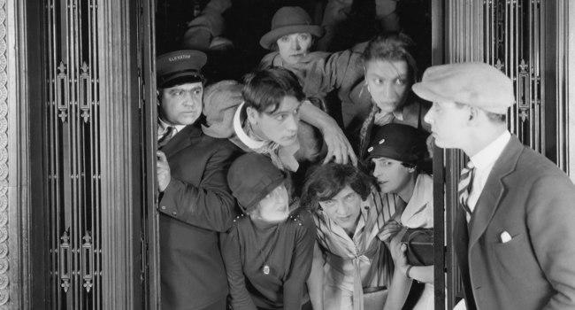 Две девушки в переполненном лифте