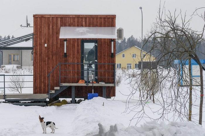 Семья из трех человек уютно живет в домике площадью всего 16 кв. метров