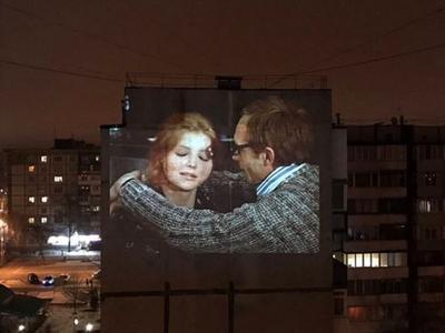 """В Запорожье показали запрещенную """"Иронию судьбы"""" на стене многоэтажного дома"""