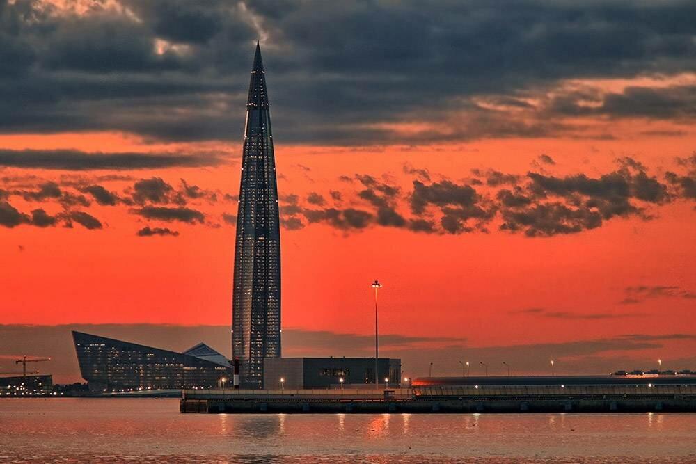 Башню «Лахта-центра» особенно хорошо видно изразных точек города повечерам, когда она светится. : BazzaBoy / Pixabay