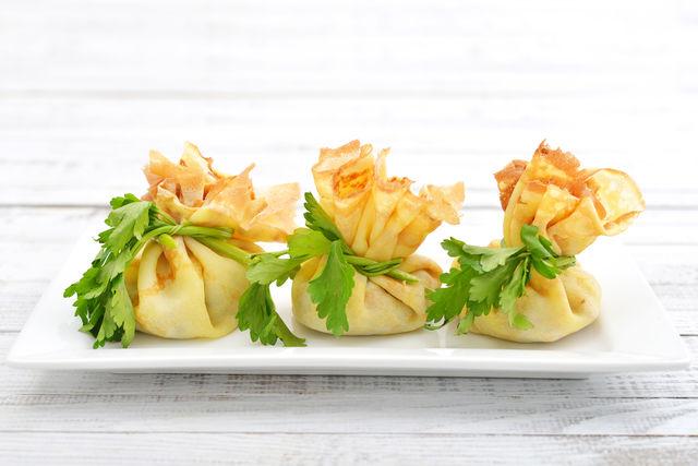 Несладкие мешочки из блинов можно начинить жареными грибами, овощами, мясным и рыбным фаршем