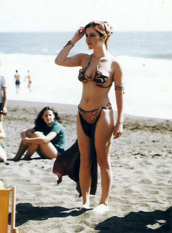 Промо-фото Кэрри Фишер в металлическом бикини для премьеры «Возвращения джедая» в 1983 году