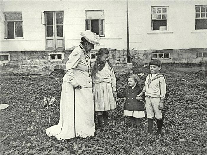 Софья Андреевна вырастила детей своими силами, Лев Николаевич предпочитал читать им морали.