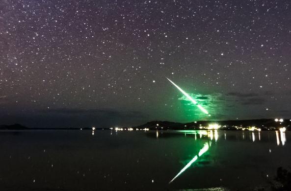 Случайность помогла запечатлеть падение зеленого метеора