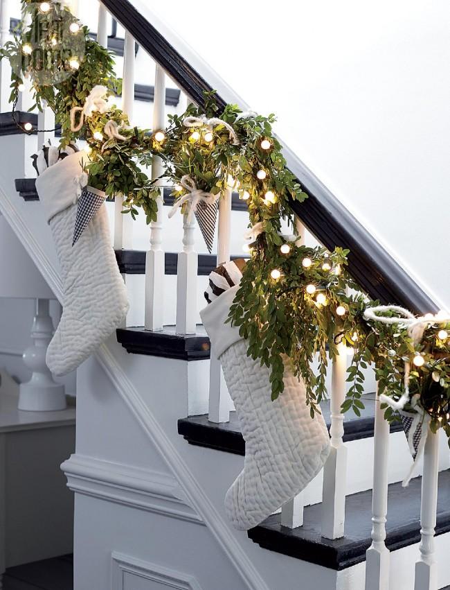 """Для оформления лестницы можно удачно использовать """"живые"""" гирлянды"""