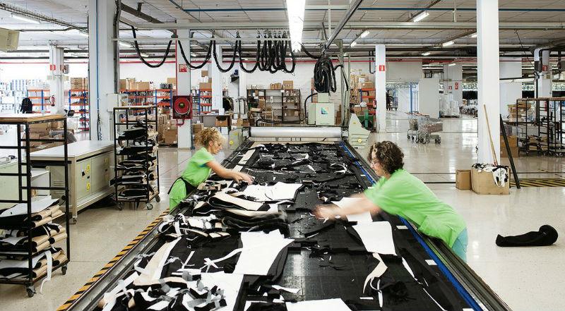 Обманутые сотрудники Zara вкладывают в карманы новой одежды записки с жалобами
