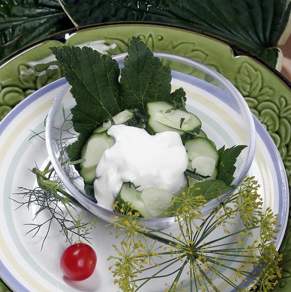 Салат из огурцов и листьев чёрной смородины