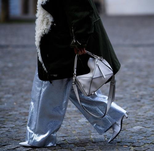 дубленка и серебристые брюки-клеш